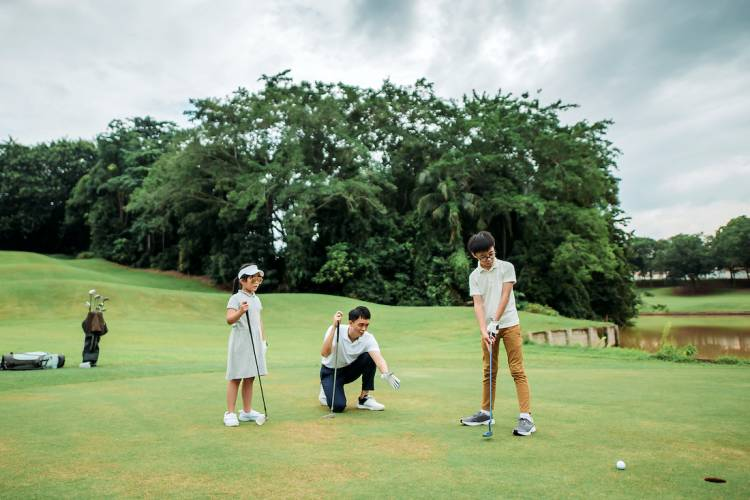 young family golfing